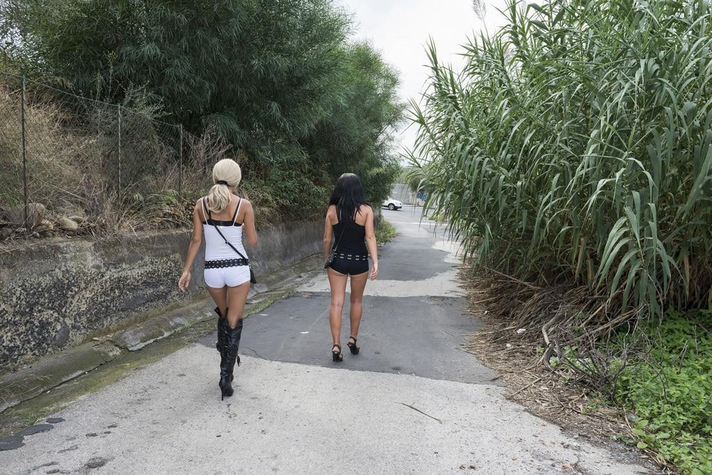 Prostitute in una strada di Catania, 2013. - Cosmos/Luzphoto