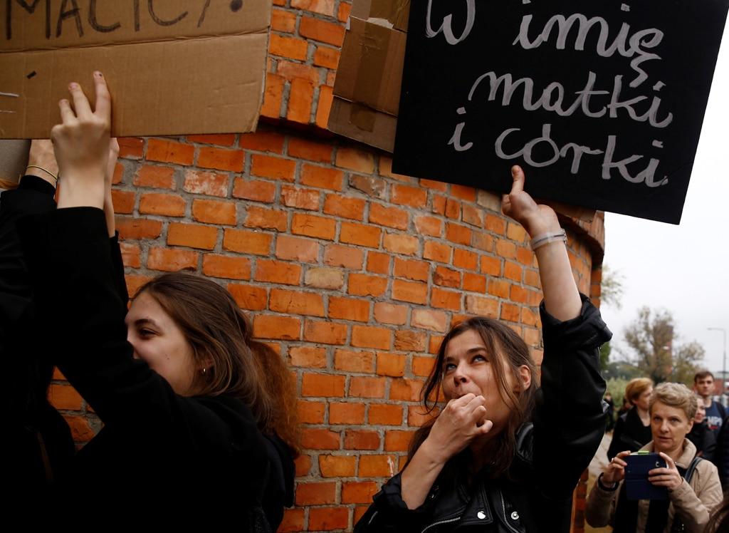 """Una manifestazione a Varsavia contro la proposta del governo polacco di vietare completamente l'aborto. Nel cartello è scritto: """"Nel nome della madre e della figlia"""". - (Kacper Pempel, Reuters/Contrasto)"""