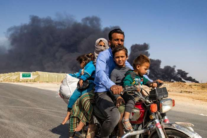 Una famiglia curdo siriana in fuga dalle campagne di Ras al Ain, il 16 ottobre 2019.   - Delil Souleiman, Afp