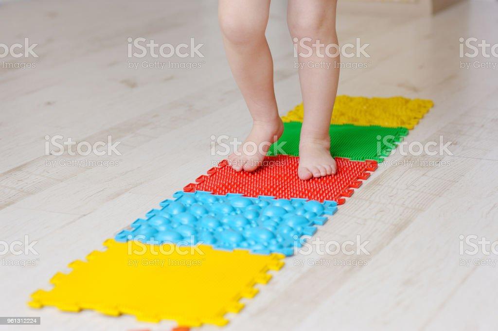 photo libre de droit de tapis de massage de pied de bebe exercices pour les jambes