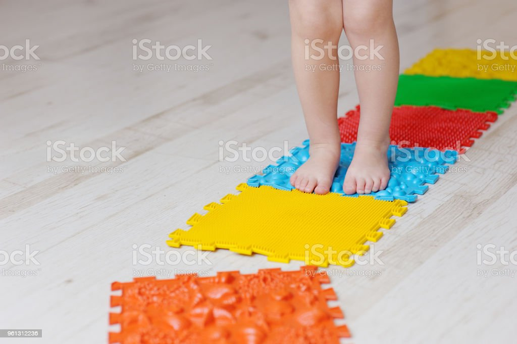 photo libre de droit de tapis de massage de pied de bebe exercices pour les jambes sur le tapis de massage orthopedique massage orthopedique puzzle tapis de sol pour le developpement des