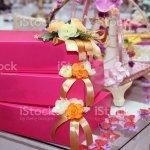 Abzeichengeschenkboxen Engagementrosa Geschenkboxen Kleine Geschenkbox Mit Schleife Teilweise Bedeckt Und Umgeben Von Gelben Rosenbluten Valentinstag Verlobung Geburtstag Oder Andere Urlaub Romantische Geschenkidee Extreme Nahaufnahme Erfassen