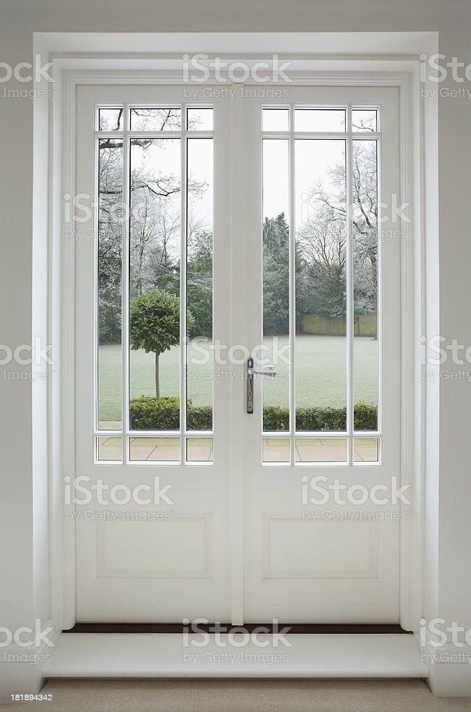 https www istockphoto com es foto hermosa madera blanco puertas del patio gm181894342 23878621