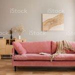 Beige Decke Rosa Sofa Im Hellen Wohnzimmer Einrichtung Mit Holzmobeln Und Rustikalen Paarungen An Der Wand Stockfoto Und Mehr Bilder Von Behaglich Istock