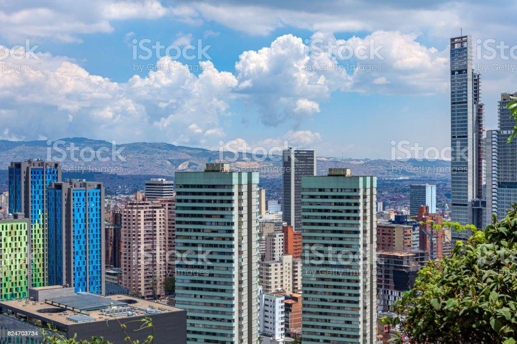 https www istockphoto com fr photo bogot c3 a1 colombia vue grand angle du bd bacat c3 a1 et b c3 a2timents modernes dans le quartier gm824703734 133699547