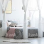 Helle Schlafzimmer Innenraum Mit Glas Lampe Goldposter An Der Wand Und Doppelbett Mit Grauen Bettwasche Und Vielen Kissen Stockfoto Und Mehr Bilder Von Beschaulichkeit Istock