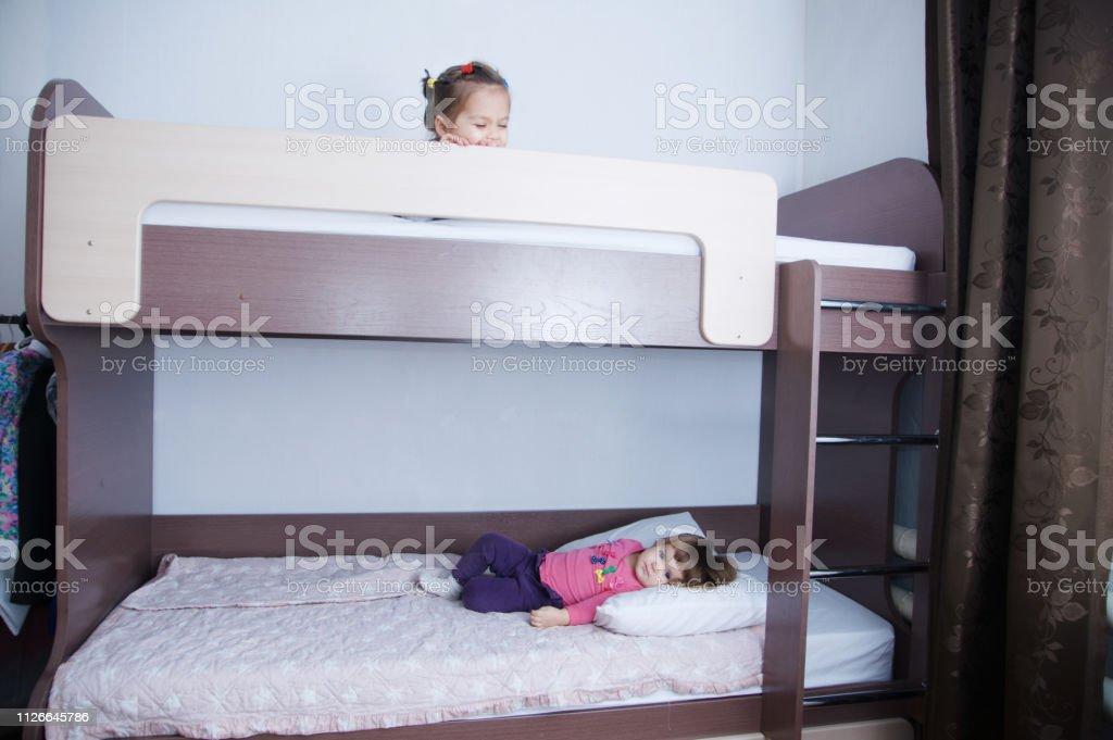 https www istockphoto com fr photo lit superpos c3 a9 en room two enfant petite fille jouant sur lit ombre au chocolat c3 a0 gm1126645786 296692019