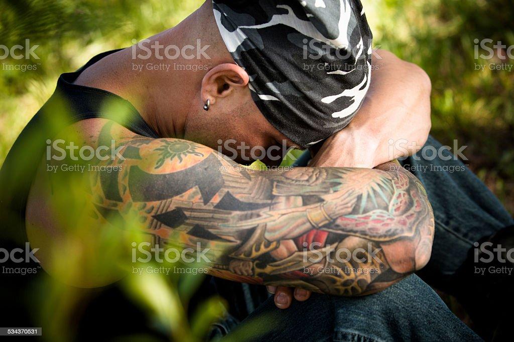 Caracteres Hombre Triste Con Tatuajes Y Los Piercings Contemplates