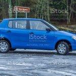 Foto De Cidade De Cesis Latvia Blu Skoda Fabia A Rua Arvores De Uma Maneira Inverno Fotos De Viagens 2012 E Mais Fotos De Stock De Azul Istock