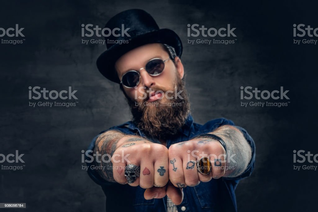 Primer Plano Tatuado Los Dedos De Hipster Con Anillos Foto De Stock