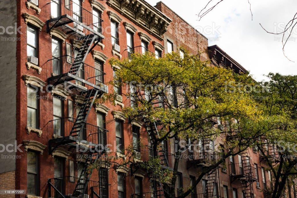 https www istockphoto com fr photo vue rapproch c3 a9e des immeubles dappartements de style new yorkais avec escaliers gm1151877207 312306393