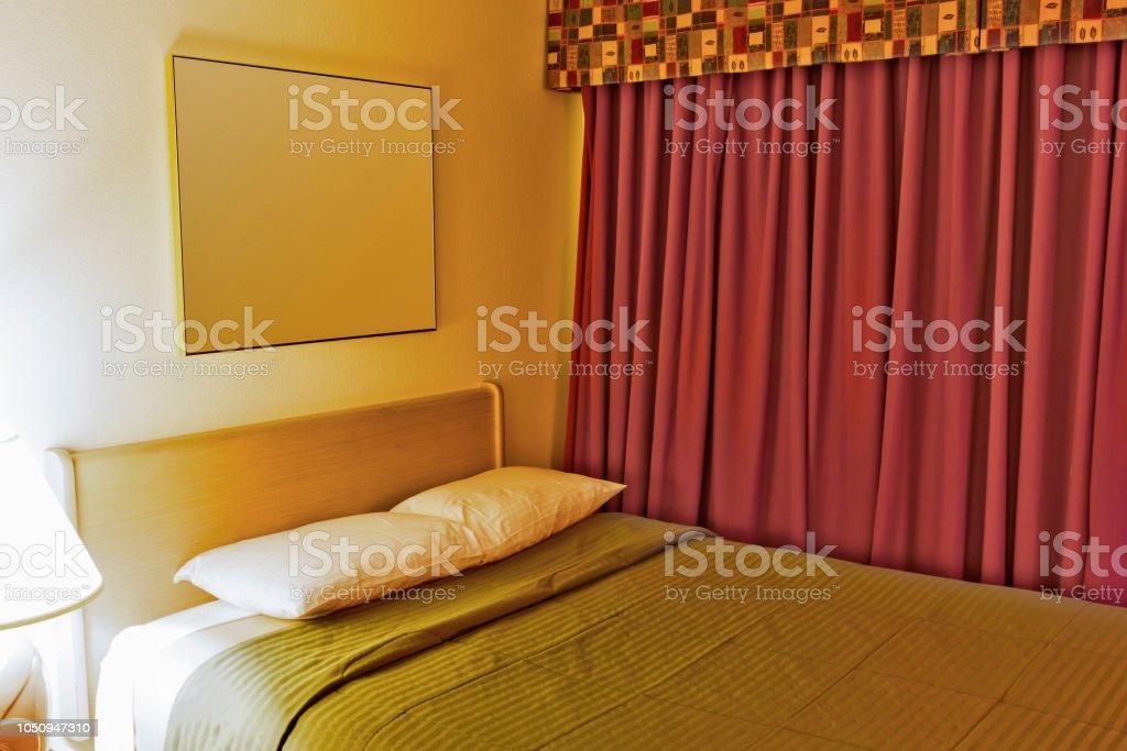 https www istockphoto com fr photo chambre h c3 b4tel contemporain avec un king size bed dispos c3 a9 dans des couleurs pastel et gm1050947310 281003826
