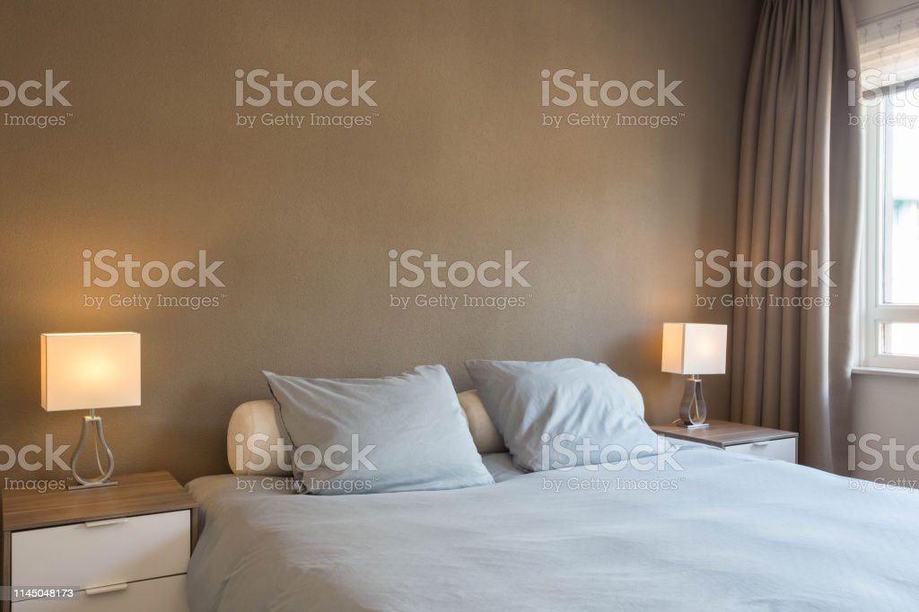 https www istockphoto com fr photo d c3 a9coration et design de chambre moderne couleurs brunes chaudes gm1145048173 308083658