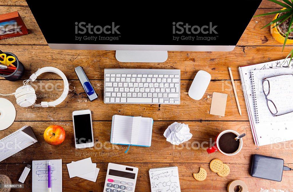 Se state pensando che questo è in effetti veramente quello che vi servirebbe, ma che ora non avete proprio testa di spendere soldi per comprare una scrivania nuova, sappiate che si possono apportare notevoli migliorie a quella che avete già, con semplici mosse, rendendo tutto più bello e organizzato. Scrivania Con Vari Oggetti E Articoli Per Ufficio Piatto Laici Fotografie Stock E Altre Immagini Di Affari Istock