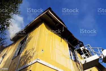 Color Amarillo Fuego En Casa Foto de stock y más banco de imágenes de Accidentes y desastres iStock