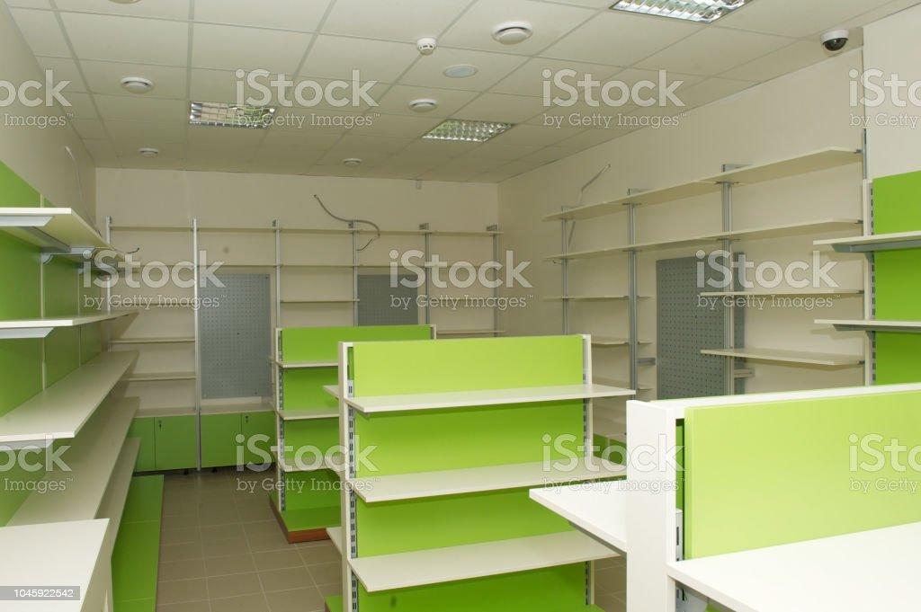 https www istockphoto com fr photo meubles pour le magasin c3 a9tag c3 a8res vides gm1045922542 279876426