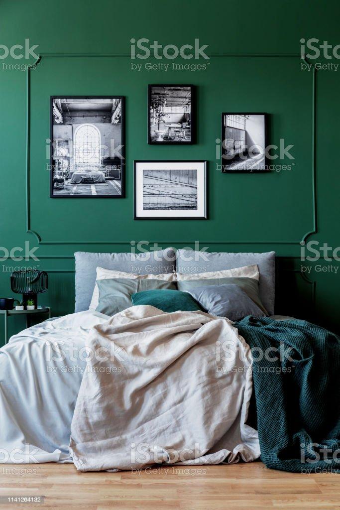 https www istockphoto com fr photo mur vert avec la galerie daffiche dans lint c3 a9rieur de chambre c3 a0 coucher branch c3 a9 gm1141264132 305689084