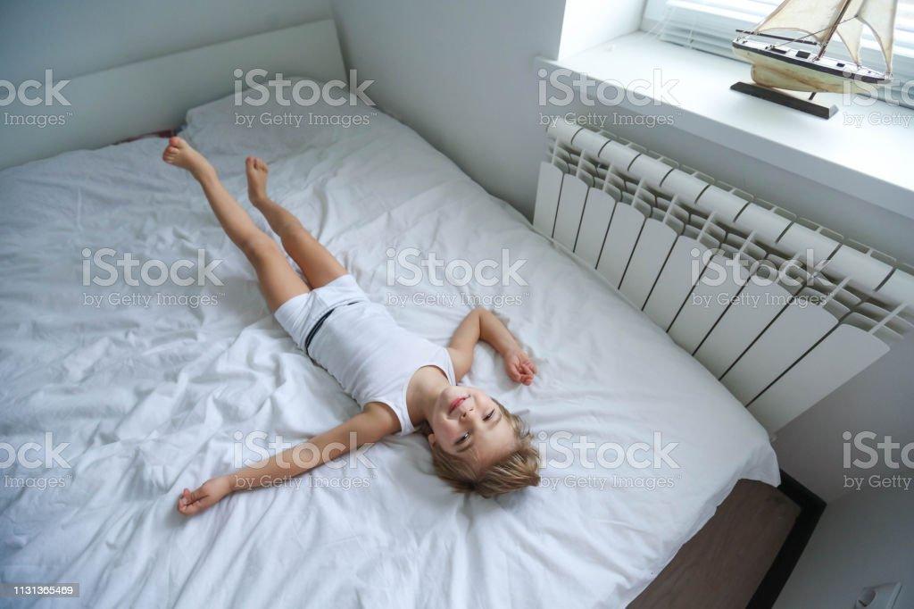 https www istockphoto com fr photo gosses heureux jouant dans la chambre blanche petit gar c3 a7on et fille fr c3 a8re et soeur gm1131365469 299547795