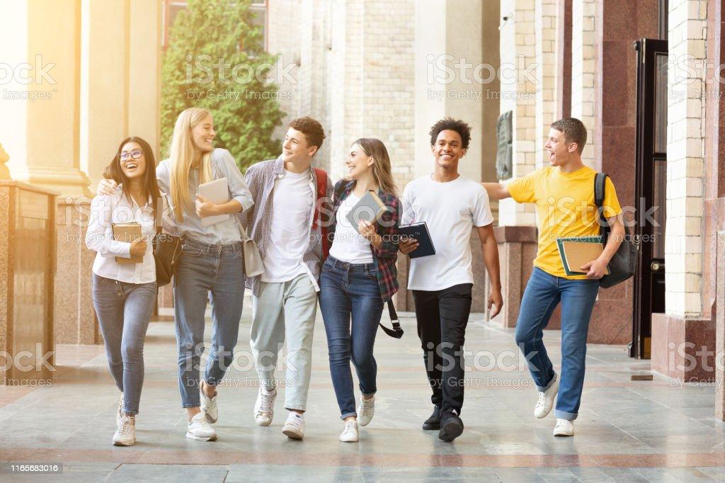 +54.000 vectores, fotos de stock y archivos psd. Estudiantes Felices Caminando Juntos En El Campus Teniendo Descanso Foto De Stock Y Mas Banco De Imagenes De Estudiante De Universidad Istock