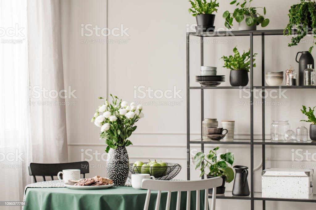 https www istockphoto com fr photo c3 a9tag c3 a8re en m c3 a9tal industriel avec des plats et des plantes dans la lumineuse salle c3 a0 gm1095377764 294030016