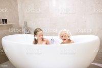 Kinder In Der Badewanne Kinder Baden Familienbad Stock ...