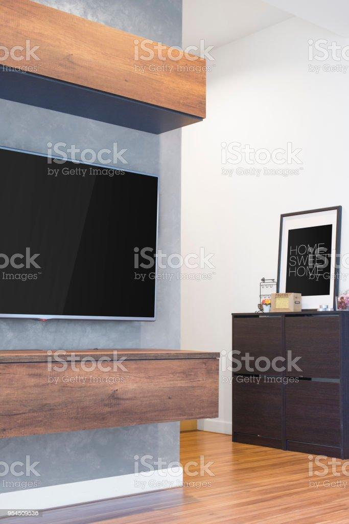 https www istockphoto com fr photo led tv se bloque sur le mur de ciment avec meubles armoire en bois et sol stratifi c3 a9 gm954509536 260604460