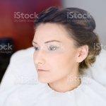 Foto De Makeup Artist Making A Wedding Make Up For Bride E Mais Fotos De Stock De Acessorio Istock