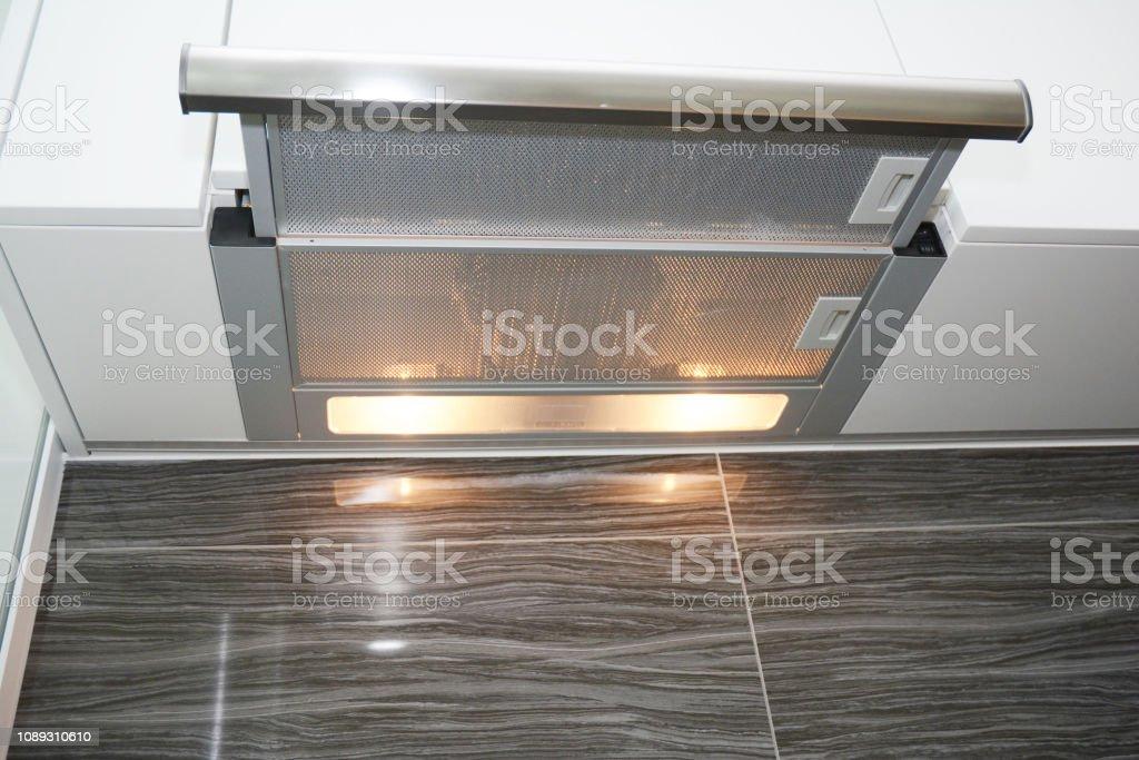 https www istockphoto com fr photo ventilateur de cuisine moderne aspirant ou hotte de cuisini c3 a8re hotte de chemin c3 a9e en gm1089310610 292211953