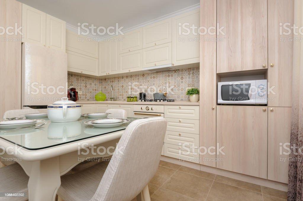 photo libre de droit de cuisine moderne de couleur beige et salle a manger banque d images et plus d images libres de droit de ameublement istock