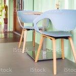 Moderne Stuhle Und Tisch Im Cafe Aus Holz Stockfoto Und Mehr Bilder Von Architektur Istock