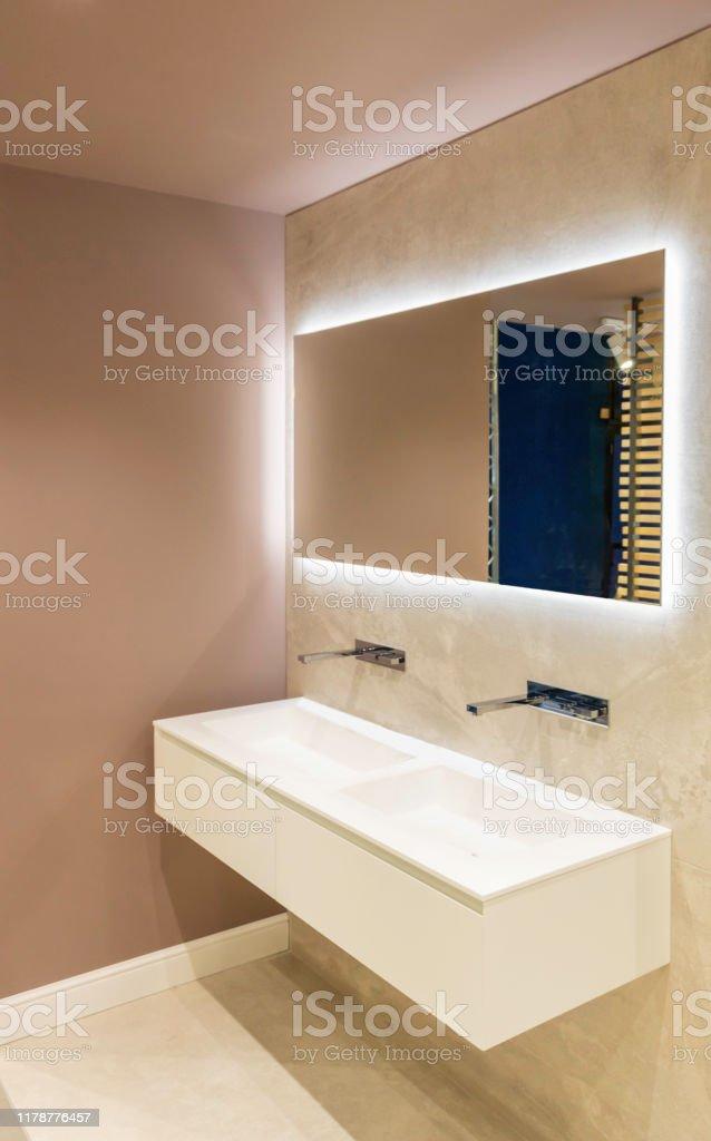 photo libre de droit de salle de bain moderne de style scandinave hygge avec un meuble lavabo double vasque suspendu et un grand miroir avec retro eclairage banque d images et plus d images