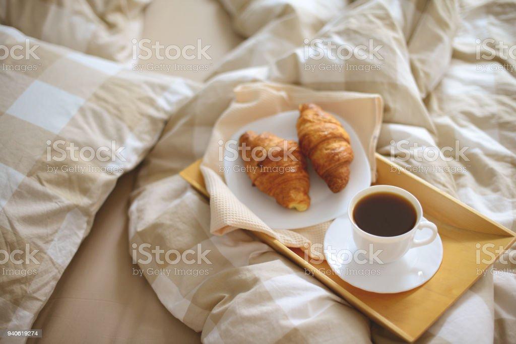 https www istockphoto com fr photo matin dans la chambre petit d c3 a9jeuner gm940619274 257128785