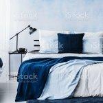 Dunkelblaue Decke Auf Bett In Pastell Schlafzimmer Innenraum Mit Lampe Auf Tisch Stockfoto Und Mehr Bilder Von Aquarell Istock