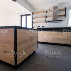 Oak Kitchen Islands Bella 新廚房的橡木和黑色花崗岩和不銹鋼與島嶼水槽門貨架和提取罩照片檔及更多 新廚房的橡木和黑色花崗岩和不銹鋼與島嶼 水槽 門