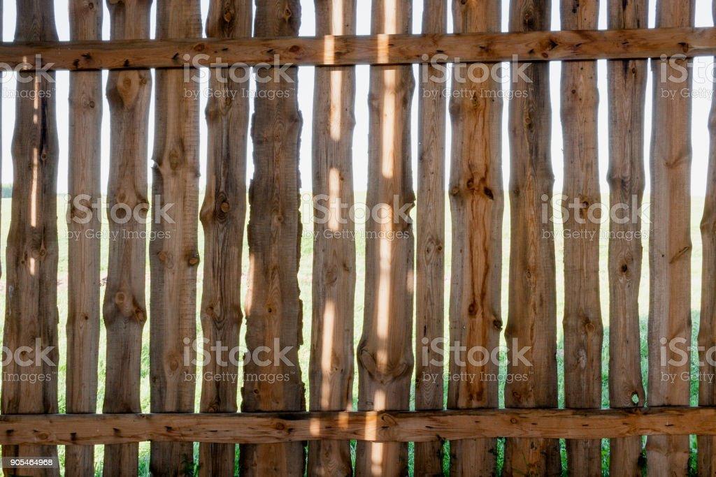 https www istockphoto com fr photo vieille cl c3 b4ture en bois fait de planches avec des bandes solaires sur eux gm905464968 249666068
