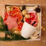 Eine Personalisierte Box Mit Geschenke Fur Weihnachten Und Neujahr Eine Reihe Von Traditionellen Sussigkeiten Susse Sachen Und Dekor Eine Einfache Idee Fur Ein Schones Geschenk Fur Familie Und Freunde Stockfoto Und Mehr