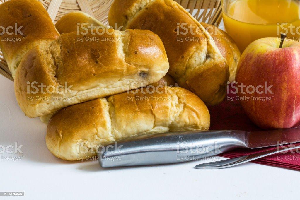 https www istockphoto com photo petits pains au lait et chocolat pour encas sur fond blanc avec pomme et jus de fruit gm641579600 116241843