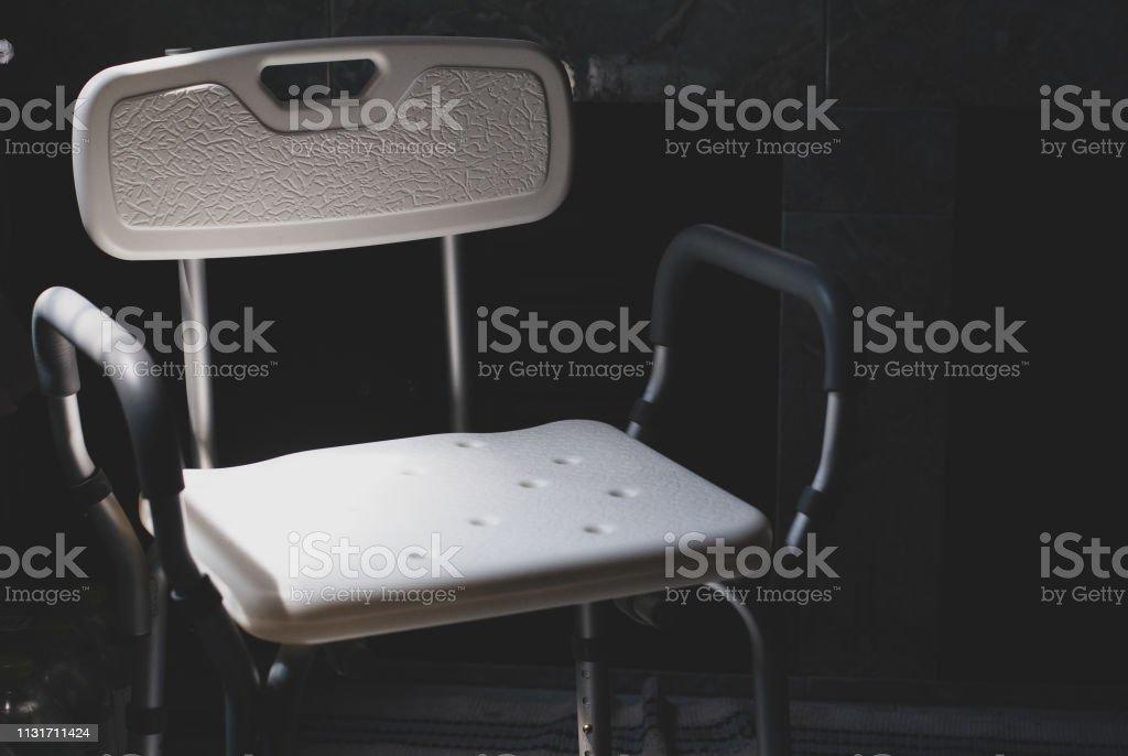 https www istockphoto com fr photo chaise de bain en plastique pour les personnes c3 a2g c3 a9es ou handicap c3 a9s se doucher mettre gm1131711424 299748227