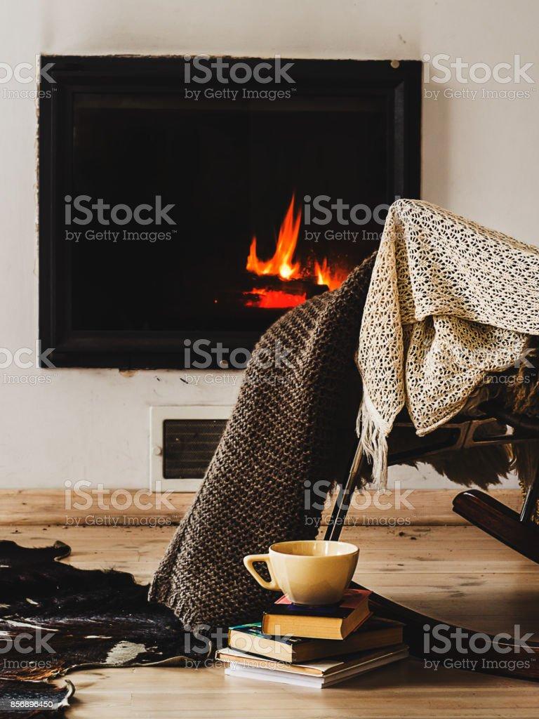https www istockphoto com fr photo fauteuil c3 a0 bascule avec tapis tricot livres et tasse de th c3 a9 ou de caf c3 a9 devant la gm856896450 141220169