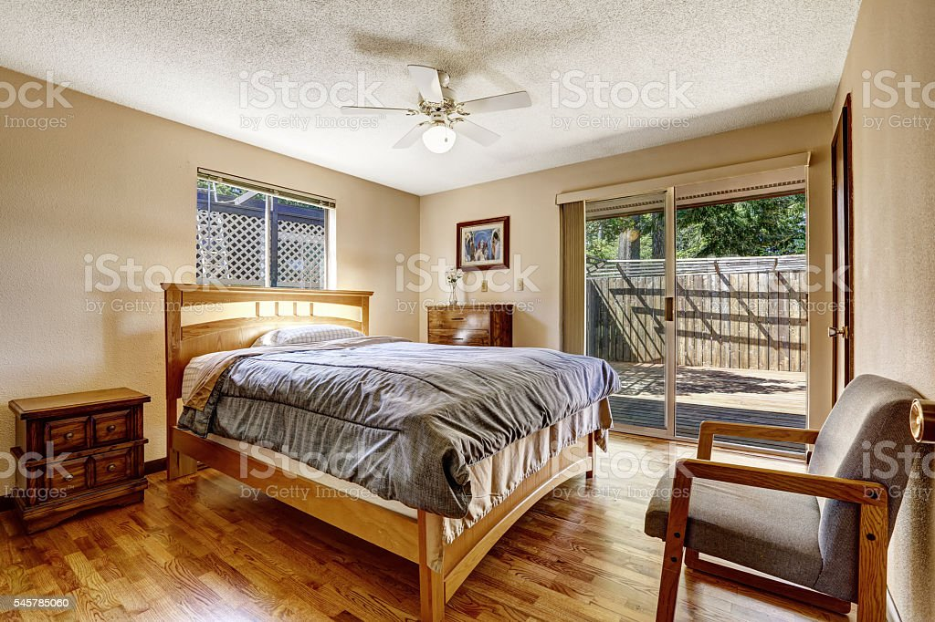 Ante a specchio per ingrandire. Simple American Bedroom With Hardwood Floor And Wooden Furniture Stock Photo Download Image Now Istock