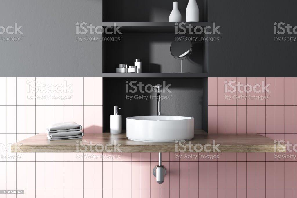 https www istockphoto com fr photo couler dans un d c3 a9cor de salle de bain rose et gris gm945739462 258300074