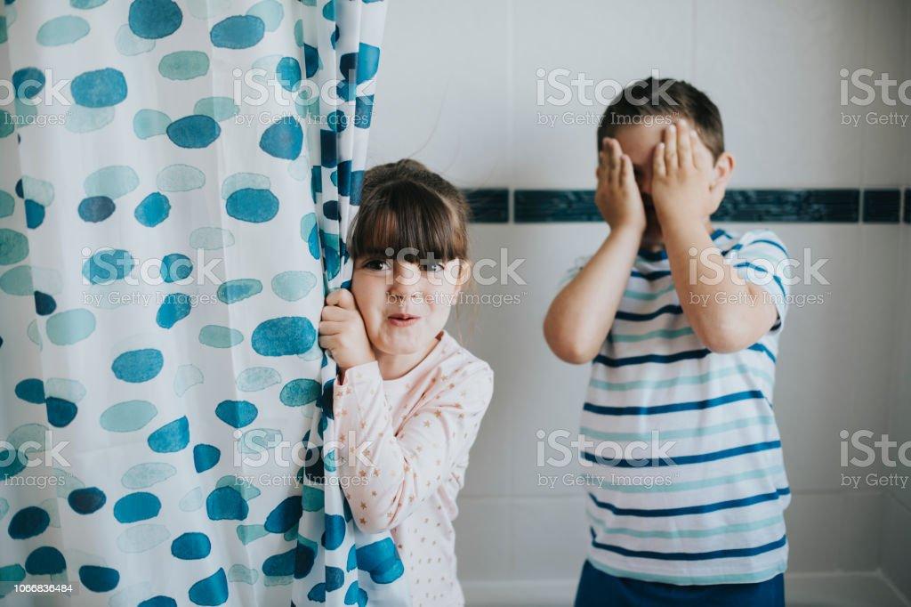 schwester und bruder spielt peekaboo im badezimmer stockfoto und mehr bilder von badewanne istock