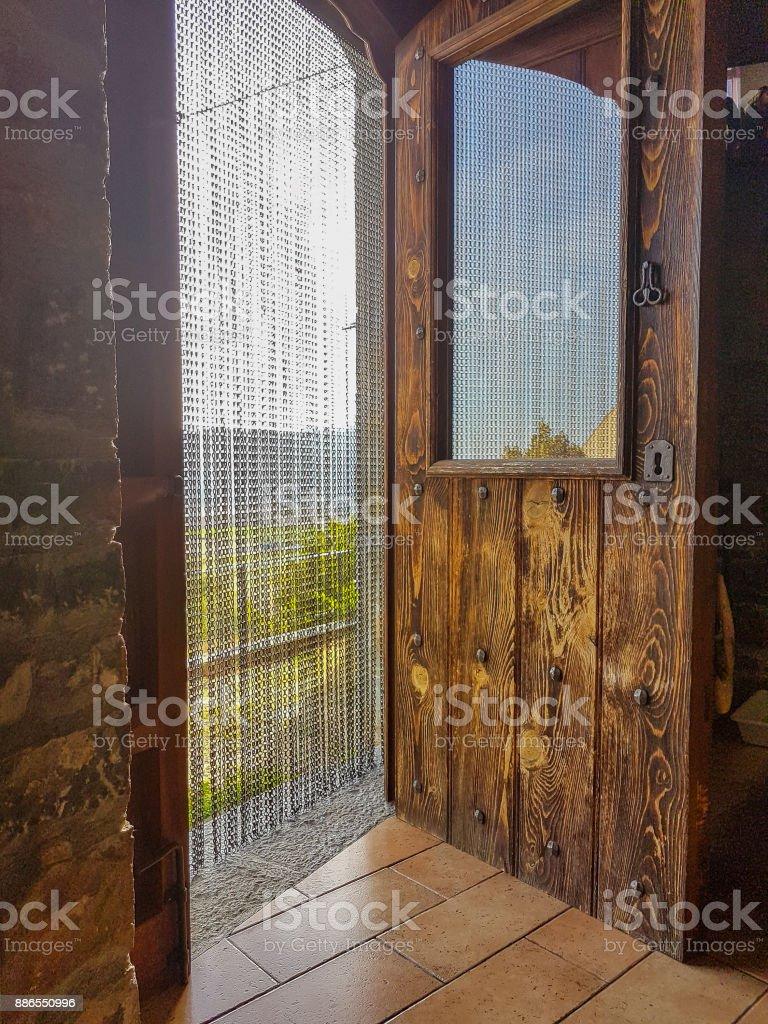 https www istockphoto com fr photo porte en bois massif avec rideau antique gm886550996 246159416