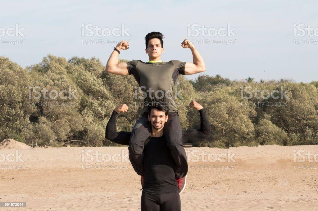 強壯的人扛著朋友肩膀屈肌 照片檔及更多 20歲到24歲 照片 | iStock