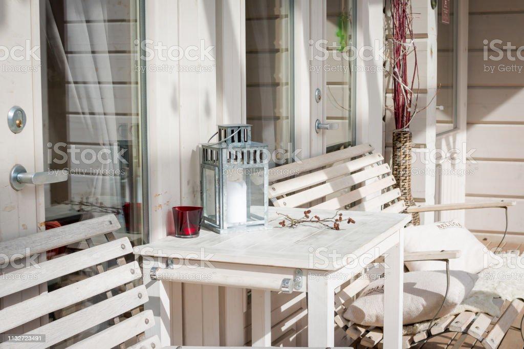https www istockphoto com fr photo salon terrasse avec divans confortables dans une maison de luxe mobilier de jardin gm1132723491 300402786