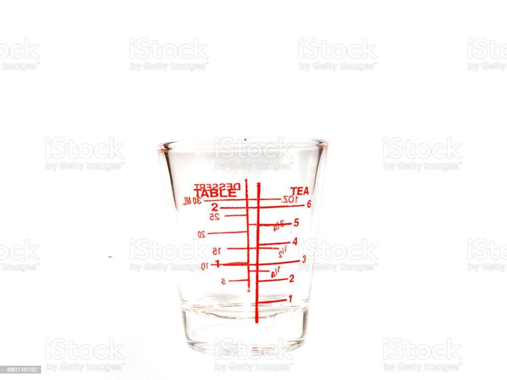 https www istockphoto com fr photo la coupe en verre casseroles mesure avec une c3 a9tiquette rouge sur fond blanc isol c3 a9 gm680149192 124622161