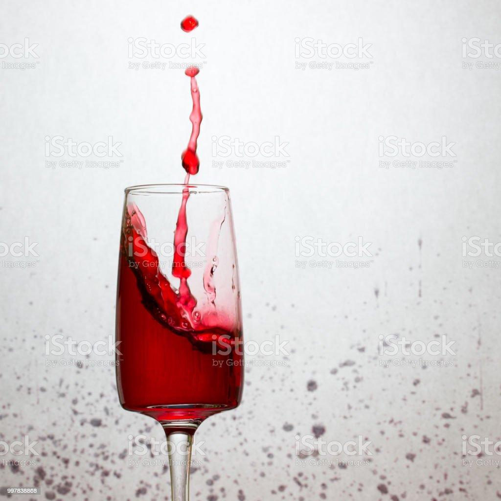 https www istockphoto com fr photo mince filet et une goutte deau lumineuse sest envol c3 a9 dans un verre de vin rouge gm997838868 269959670