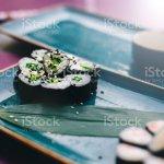Vegetarische Sushi Mit Reis Und Gemuse Auf Turkis Keramisches Geschirr Stockfoto Und Mehr Bilder Von Blau Istock