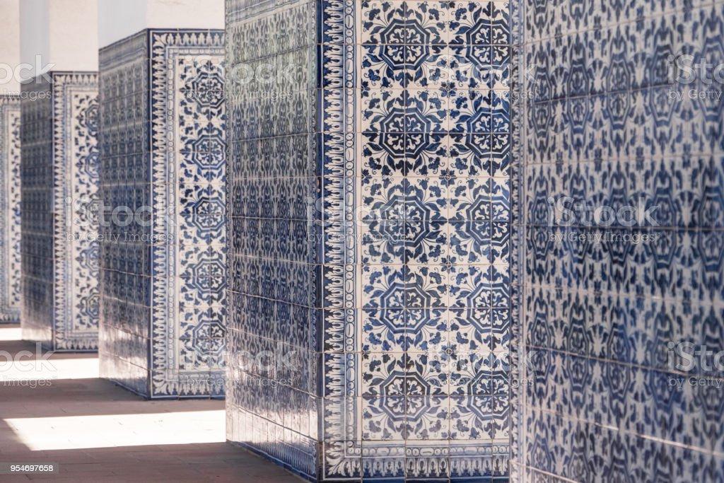 photo libre de droit de murs carreles avec azulejos dans une partie de la salle de