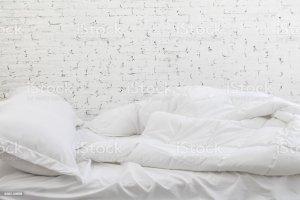 bed pillow messy sheets bedding concept cama moring kissen unordentliches sudicio mattina letto oreiller malpropre blancs literie feuilles lit linen